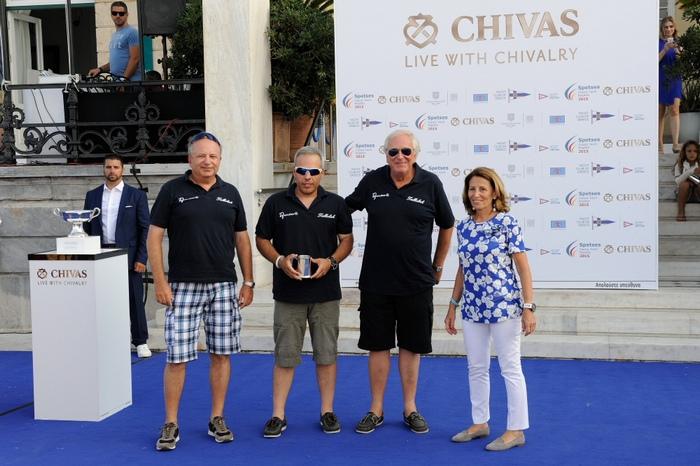 H Άννα Ανδρεάδη απονέμει το βραβείο πρώτης θέσης στην κατηγορία Σύγχρονων Κλασσικών Σκαφών στο πλήρωμα του σκάφους Tallulah