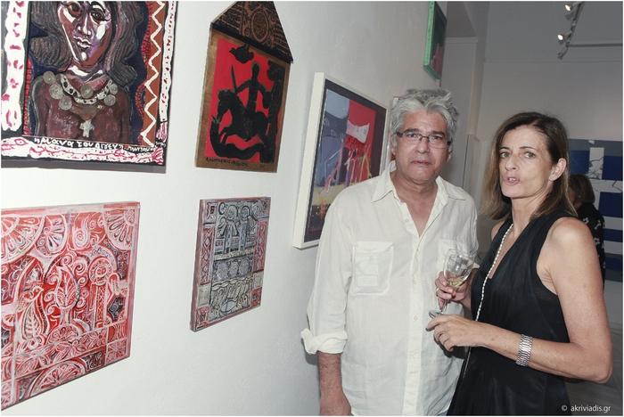 Ο ζωγράφος Τάσος Μαντζαβίνος  με την επιμελήτρια της Συλλογής έργων τέχνης της Alpha Bank, Ειρήνη Οράτη
