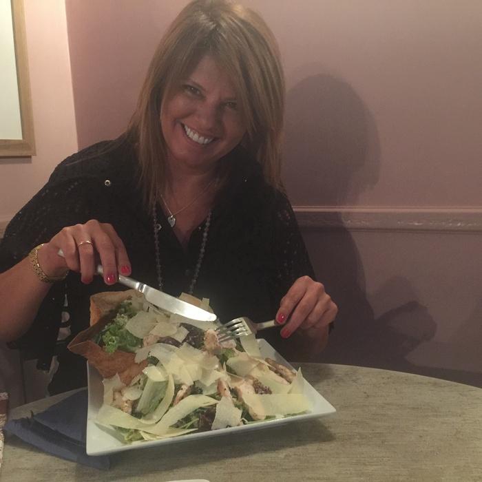 """Δίαιτα δεν το λες, μιας και αυτή σαλάτα θα μπορούσε να είναι άνετα για τέσσερα ή και πέντε άτομα! """"Εκνευρίζομαι πολύ όταν σου σερβίρουν σε ένα εστιατόριο δύο μαρουλόφυλλα και στα πουλάνε για σαλάτα, για να σε αναγκάσουν να πάρεις και δεύτερο ή και τρίτο πιάτο μπας και χορτάσεις"""" μου λέει η Λίλλυ Γαλλή, η ιδιοκτήτρια αυτής της υπέροχης γωνιάς της Κηφισιάς, η οποία εννοείται πως μετά από τόσα χρόνια έχει γίνει φίλη μου..."""