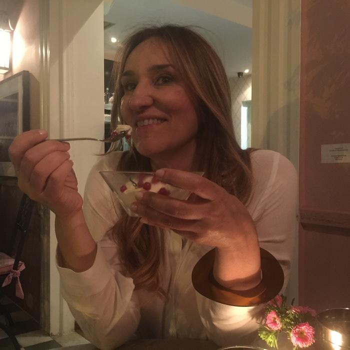 Η Λίλλυ Γαλλή απολαμβάνει ένα από τα low fat γλυκά του Amaryllis...