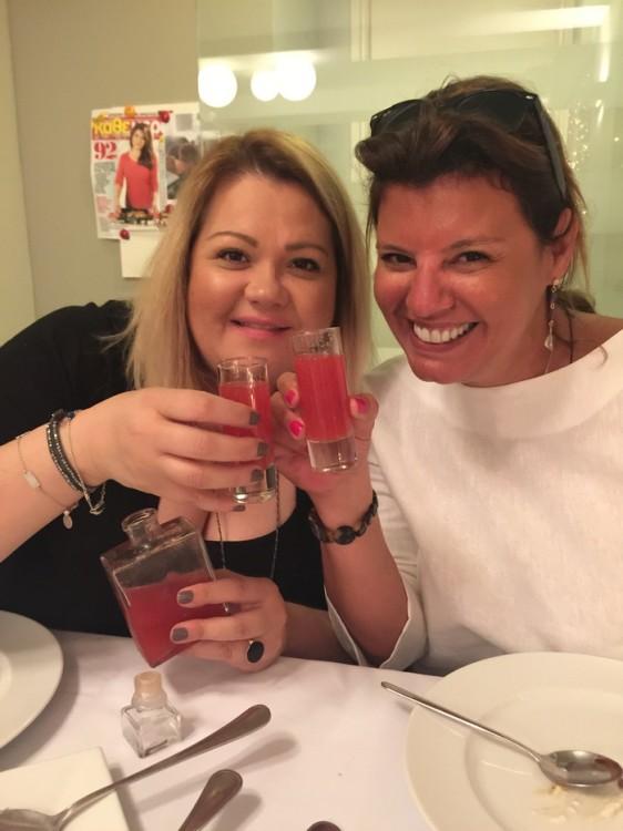 """Οι """"αναπαυτικές"""" φιλίες γιορτάζονται με σφηνάκι βότκας και φρέσκιες φράουλες..."""