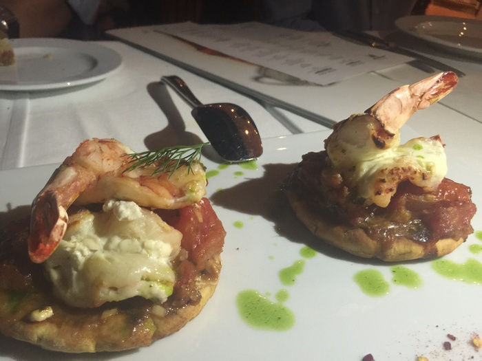 Γαρίδες ψητές μαριναρισμένες σε γιαούρτι, τσίλι και λάιμ, πάνω σε πιτάκι με σάλτσα μτομάτας και βασιλικό...Όλη η Ελλάδα σε ένα πιάτο!