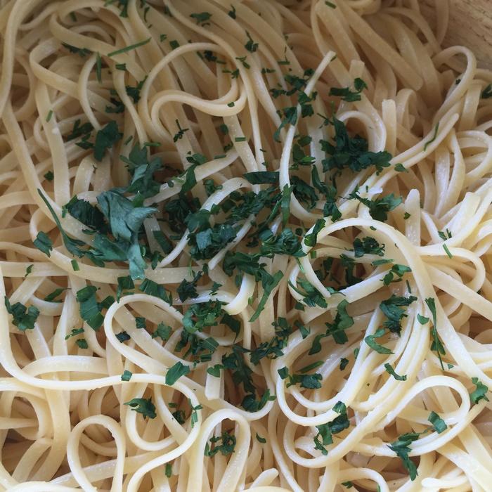 ...Με fresh pasta με ελαιόλαδο, ελάχιστο σκόρδο και φρέσκο μαϊντανό...