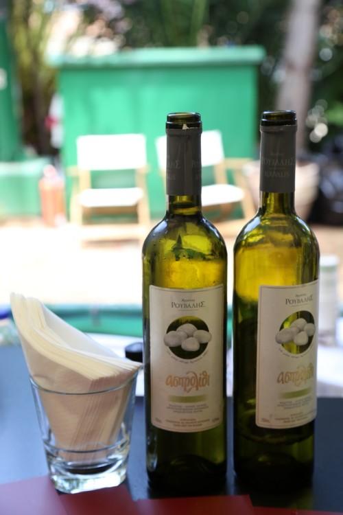 Αποτελεί πολυδυναμικό γευστικό κρασί, γεύση γνωστή και αγαπητή στην ελληνική κουζίνα. Αναδεικνύει τα ψάρια, τα θαλασσινά, λευκά κρέατα με λευκές σάλτσες, ελαφρούς μεζέδες. Συνοδεύει τα λαδερά φαγητά και την φέτα. Συνοδεύει ευχάριστα επίσης τα φρούτα και αποτελεί από μόνο του ένα ελαφρύ απεριτίφ...