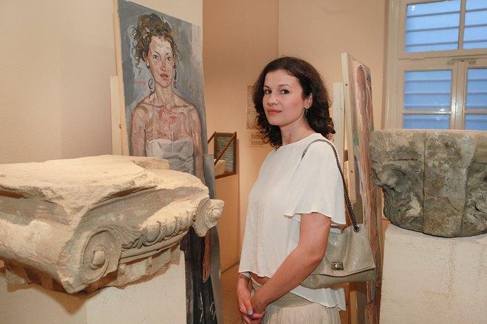 """Η σύζυγος του καλλιτέχνη, Λουίζα Παπανικολάου, μπροστά στο έργο """"Λουίζα"""""""
