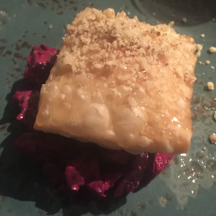 Σαλάτα Φάρμας με παντζάρι μαριναρισμένο σε γιαούρτι και λευκό ξύδι βαλσάμικο με μανούρι, μέλι και καρύδια...