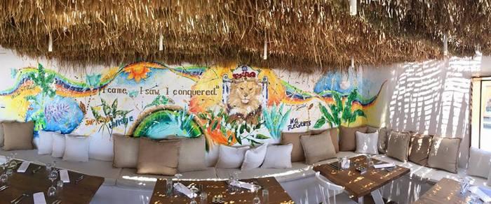 Η Καρολίνα Ροβύνθη μόλις τελειώνει την απίθανη τοιχογραφία της...Τα πάντα είναι έτοιμα...Follow me...