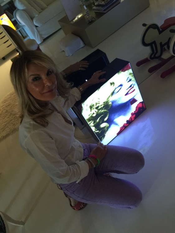 Η Αμαλία Σωτηροπούλου δίπλα σε άλλο ένα light box με το πρόσωπο της Μέριλιν...