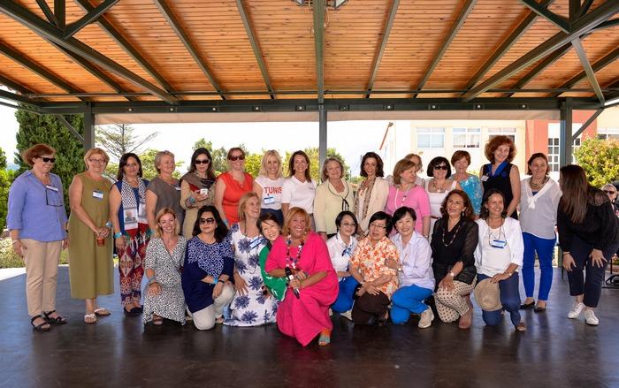 Η σύζυγος του Προέδρου της Δημοκρατίας κ. Παυλοπούλου, με την Πρόεδρο του MDA Ελλάς κ. Βάνα Λαβίδα, την Πρόεδρο του LAASA κ. Carmen Serrano de Haro και όλες τις Πρέσβειρες και συζύγους Πρέσβεων Μέλη του LAASA.