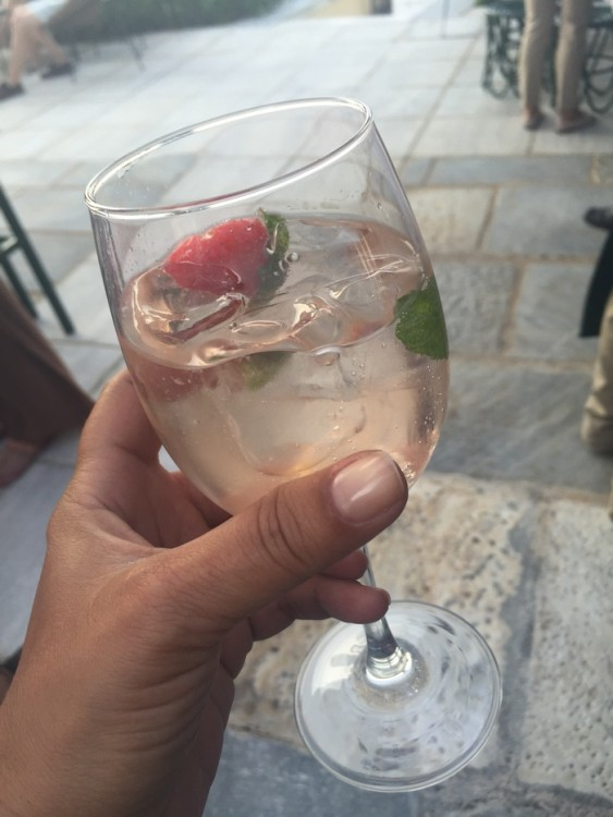 Engandin Sprits: Lychee Liquer, Lychee Syrop, Prossecco, Soda, Fresh Mint, Fresh Strawberry, Fresh Lychee...