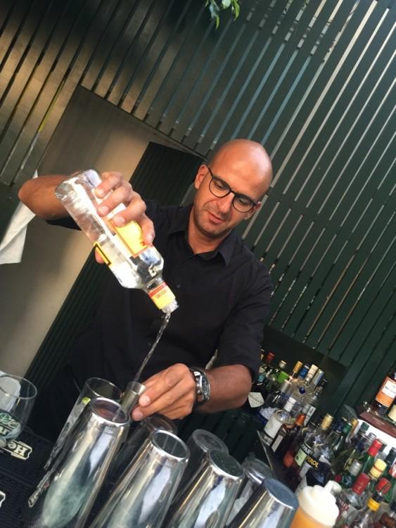 O Παύλος, με μοναδική μαεστρία και επαγγελματισμό, ετοιμάζει τα cocktail μας...