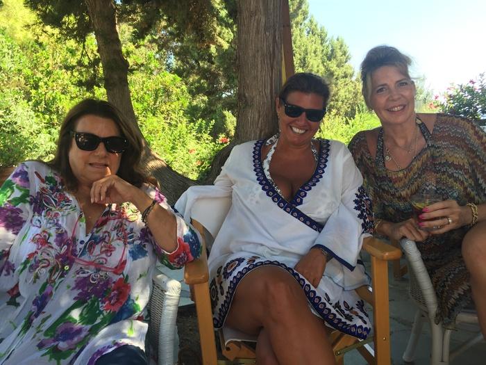 Με την Μανίτα Χατζηφωτίου και την Sabine Catsiapis. Η Μανίτα παραθερίζει στις Σπέτσες...από πάντα! Εκτός από το πανέμορφο οικογενειακό σπίτι, έφτιαξε άλλο ένα από τα πιο χαρακτηριστικά σπίτια του νησιού, στον Άγιο Νικόλαο, που ξεχωρίζει από το χρώμα της τερακότας...Η Sabine, ζει με την οικογένεια της στην Γενεύη, μα κάθε καλοκαίρι επιστρέφει εδώ...