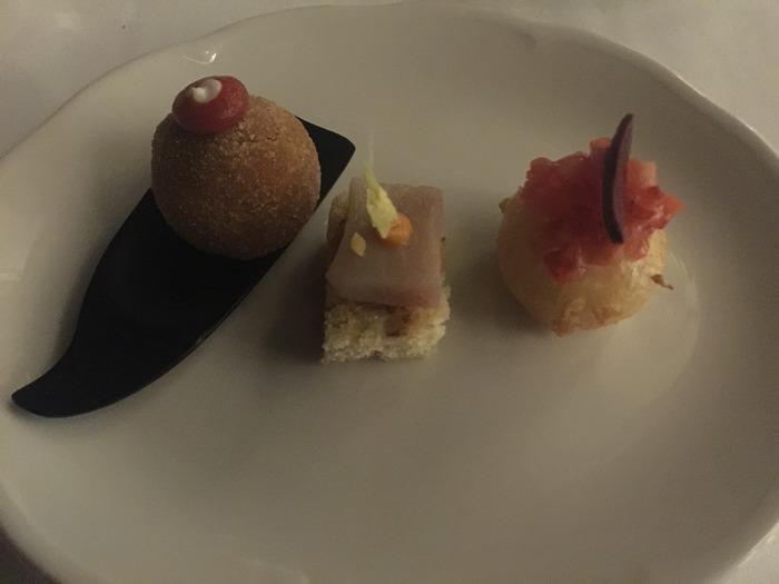 Kαλωσόρισμα...Φέτα,φράουλα, ντομάτα... Τραγανός μουσακάς... Χωριάτικο ψωμί, φασολάδα και  λακέρδα...