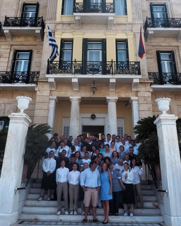 O Aντώνης Βορδώνης και η Μαρία Στρατή με όλο το έμπειρο team του Ποσειδωνίου, μπροστά στο θρυλικό ξενοδοχείο...