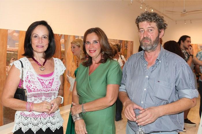 Η Άννα Διαμαντοπούλου με την Διευθύντρια της Gallery Citronne και ιστορικό τέχνης,  Τατιάνα Σπινάρη – Πολλάλη και τον ζωγράφο Κώστα Παπανικολάου