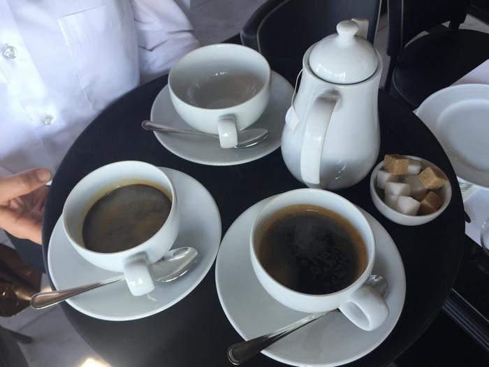 Μία ώρα μετά, και στο τραπέζι μας φτάνουν τώρα οι Americano! Και το τσάι της Σταμ...Bliss!!!