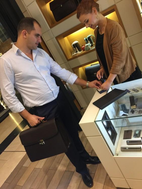 """Χαρακτηριστικό """"χρυσό στέλεχος"""" όπως θα τον χαρακτληριζαν σε περασμένες δεκαετίες, ο Παναγιώτης κρατάει ένα από τα πιο κομψά briefcases, άλλη μία επιλογή της Ιωάννας..."""
