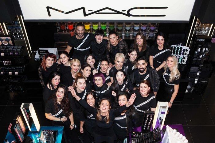 Η ομάδα των makeup artists του M·A·C store στην Ερμού