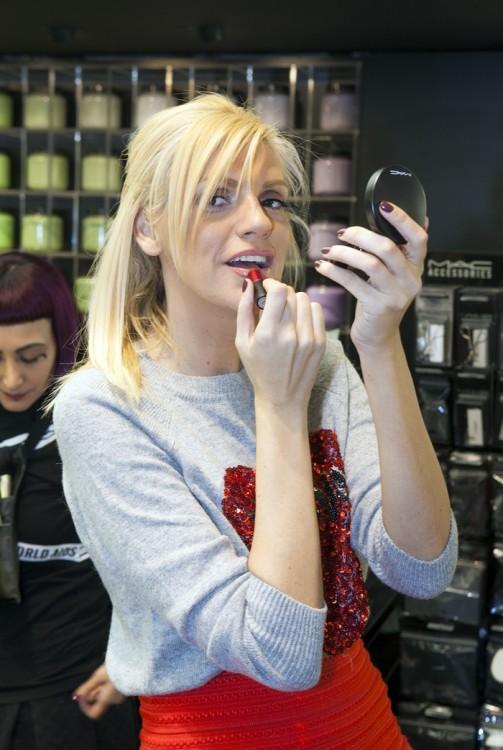 Η Σάσα Σταμάτη δοκιμάζει lipstick της σειράς VIVA GLAM