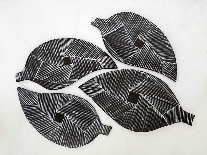 Κεραμικά φύλλα εμπνευσμένα από τις χαράξεις των κυκλαδικών αγγείων | € 45,00 – € 65,00