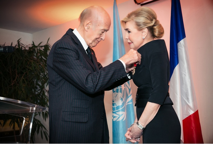 O πρώην Πρόεδρος της Γαλλίας, κύριος Valery Giscard d' Estaing, απονέμει στην Πρέσβυ Καλής Θελήσεως της UNESCO, κυρία Μαριάννα Β. Βαρδινογιάννη, το παράσημο του Αξιωματικού του Εθνικού Τάγματος της Λεγεώνας της Τιμής της Γαλλικής Δημοκρατίας.
