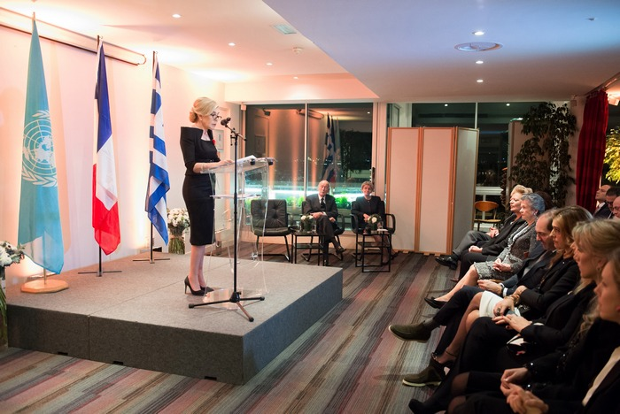 Η Μαριάννα Β. Βαρδινογιάννη στο βήμα της εκδήλωσης ευχαριστεί για την τιμή που της κάνει η Γαλλική Δημοκρατία, ο Πρόεδρος Valery Giscard d' Estaing και η Γενική Διευθύντρια της UNESCO, κυρία Irina Bokova