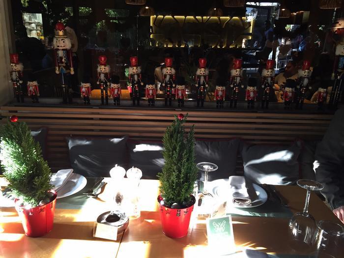 Το τραπέζι που έως το Σάββατο 5 Δεκεμβρίου φιλοξενούσε τα meeting μας, όλα μας τα ραντεβού, τα αρχιτεκτονικά μας σχέδια και τα πελώρια σχεδιαγράμματα, σήμερα είναι στολισμένο γιορτινά, και μας υποδέχεται με το νέο του Χριστουτεννιάτικο menu. Merry Christmas!
