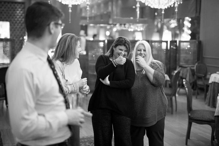 """Κρις Γραμματίδης, Μαρίλυ Καλαβρού, Φαίη Μπέη, Εύη Φέτση: Το fan club του Jonathan Phang όσο αυτός παρουσιάζει το """"4 πιάτα, 4 προορισμοί, 4 ιστορίες"""" δείπνο μας..."""