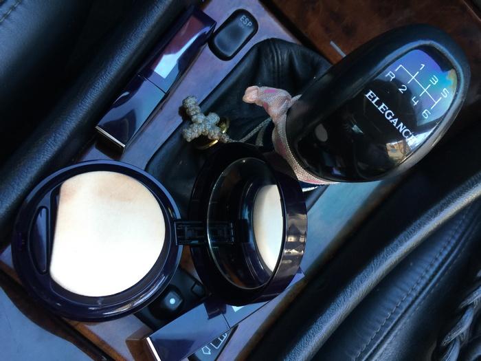 Η εύχρηστη compact συσκευασία διατηρεί το make up, έχει ευπροσάρμοστη χρήση, μέρα και νύχτα. Πατήστε μία φορά για ένα γρήγορο touch up ή δύο φορές για περισσότερη κάλυψη. Δεν λερώνει, ιδανικό για ταξίδια...