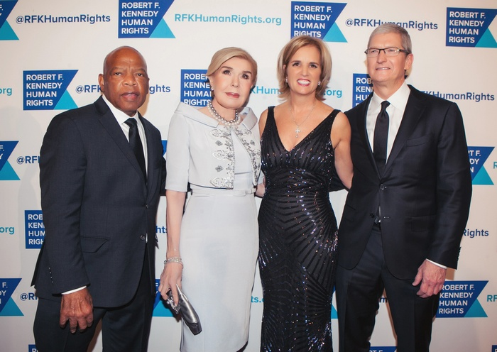 Honorable John Lewis ΜΑΡΙΑΝΝΑ ΒΑΡΔΙΝΟΓΙΑΝΝΗ Kerry Kennedy ΚΕΡΡΥ ΚΕΝΕΝΤΥ Tim Cook