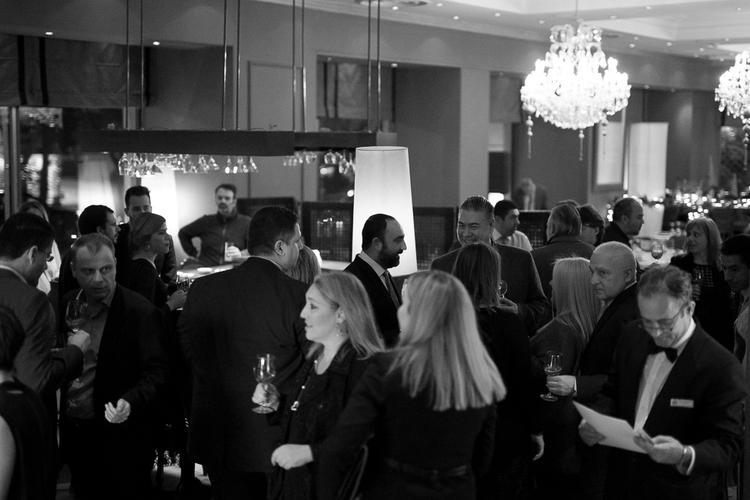 Καινούργιοι και παλιότεροι φίλοι του FnL, σερβιρίρονται το πρώτο cocktail στο μπαρ του Brown`s μιας και όπως θα έχετε καταλάβει τα fnl events εκτός από αρκετό φαγητό έχουν και άφθονο αλκοόλ.
