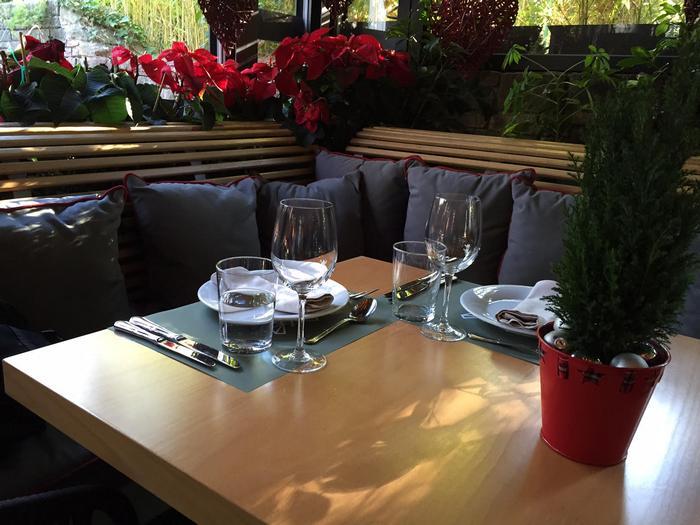 """Το """"museum"""" cafe-restaurant φιλοξενεί στα άνετα τραπέζια του τους περαστικούς μετά το shopping, τις οικογένειες ή τις παρέες που δίνουν εδώ το ραντεβού τους για να γευματίσουν, τις φίλες για"""