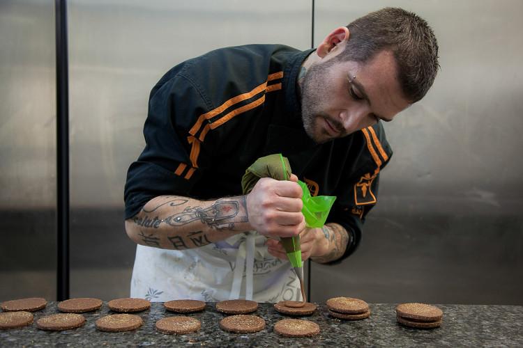 Από τους πιο ταλαντούχους Έλληνες Chef Pâtissier, ο Διονύσης Αλέρτας δημιουργεί ευφάνταστες και πρωτότυπες γευστικές εμπειρίες που αντικατοπτρίζουν τη μοναδικότητα του δημιουργού τους: ατόφιες γεύσεις, αυθεντικά ισορροπημένες, που παντρεύουν ιδανικά το κλασικό με το νέο σαγηνεύοντας ακόμη και τους πιο απαιτητικούς γευσιλάτρεις. Με καίριες επιρροές από τη γαλλική patisserie & αξιοζήλευτη εμπειρία πλάι σε καταξιωμένους Chef Pâtissiers, όπως ο περίφημος Gilles Marchal, ο Διονύσης Αλέρτας αέναα εμπλουτίζει τις γνώσεις του στην υψηλή patisserie με ενεργή συμμετοχή στο διεθνές γίγνεσθαι της ζαχαροπλαστικής. Είναι σημαντικό να αναφέρουμε ότι ο Διονύσης Αλέρτας πλαισιώνεται από μία ομάδα εξαιρετικά ταλαντούχων συνεργατών, που έχουν ως φιλοσοφία να δημιουργούν μοναδικές, ανώτερες γευστικές εμπειρίες για όσους αγαπούν το γλυκό.