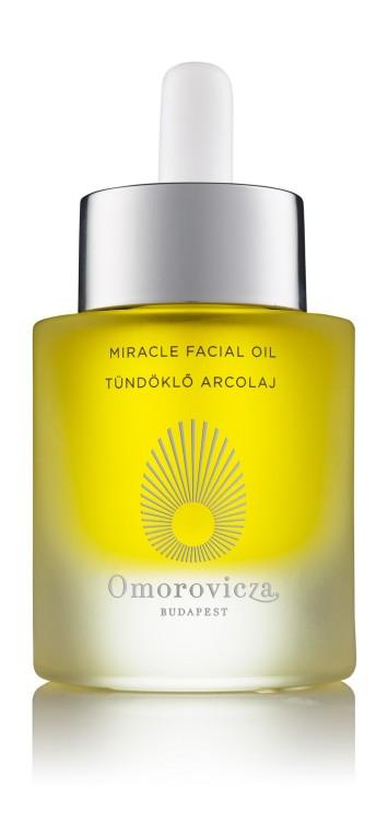 Tο Miracle Facial Oil, ένα ξηρό λάδι περιποίησης, το οποίο χάρη σε ένα συνδυασμό πολύτιμων συστατικών, μειώνει το βάθος και την εμφάνιση των λεπτών γραμμών και των ρυτίδων, προστατεύει από το περιβαλλοντικό στρες και ενισχύει την ελαστικότητα του δέρματος. Το Miracle Facial Oil απορροφάται άμεσα και δεν αφήνει λιπαρότητα στην επιδερμίδα.