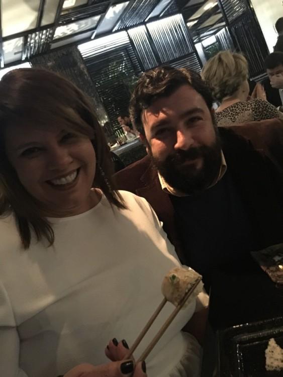 """Χθες βράδυ με τον Γιώργο Βενιέρη. Από την μεγαλύτερη επιτυχία που έχει κάνει ποτέ ελληνικό εστιατόριο στον Λονδίνο - το Mazi restaurant στο Notting Hill - και τις διαδοχικές επιτυχίες στην Μύκονο με το δικό του, ιδιοφυές """"Mr Pug"""" που εισήγαγε την νέα ασιατική τάση, αλλά και το """"Liasti"""" που άνοιξε τον δρόμο στα farm restaurants, ο πολλάκις βραβευμένος με Χρυσούς Σκούφους και άλλες υψηλές διακρίσεις, globetrotter chef Γιώργος Βενιέρης, επιστρέφει στηνΑθήνα για να διαγράψει με μαεστρία το προφίλ της Ασιατικής κουζίνας, στο νέο Oozora The House! Σταθμοί στην καριέρα του το βραβευμένο Electra Restaurant, τα διακεκριμένα με Michelin Star εστιατόρια «Vardis» και «Σπονδή», αλλά και το Beau Brummel και το """"Hilton Schiphol Airport Amsterdam. Στο γουόκ του σοτάρει ταξίδια δεκαπέντε χρόνων στην Ασία, μαζί με δεκάδες αγορές, υπαίθρια μικρά εστιατόρια, τροπικά υλικά και πάθος για την μαγειρική, το αποτέλεσμα είναι μια καινούργια υβριδική κουζίνα εμπειριών που δύσκολα μεταφράζεται. Στα περάσματά του εναποθέτει πάντα κάτι από τη γαστρονομική παλέτα των γνώσεών του, ενώ παράλληλα δομεί θαρραλέα το γαστρονομικό του όραμα, που φέρει το όνομα Mr Pug. Όλο αυτό το κατακάθι της πολύτιμης εμπειρίας των τελευταίων 15 ετών, παίρνει σάρκα και οστά. Ο Γιώργος Βενιέρης μεταφέρει τις ανατολίτικες πυξίδες του στην καρδιά της Αθήνας και συνεχίζει να πειραματίζεται και να δουλεύει πάνω στο πιο αγαπημένο του project - αυτό της Ασιατικής κουζίνας. Δημιουργώντας fusion πιάτα, εμπιστεύεται την ακατέργαστη ομορφιά των φυσικών υλικών και των αρωμάτων, τα κράματα και τις συνθέσεις των καρυκευμάτων και των πρώτων υλών. Κάθε πρόταση του chef αποτελεί και ένα δείκτη της εμπειρίας του που του χάρισαν τα αναρίθμητα ταξίδια του στις χώρες της Ανατολής, γεννώντας πιάτα απομακρυσμένα από φλυαρίες και υπερβολές με πρωταγωνιστές τις ιδανικές αναλογίες και σχέσεις των υλικών που ισορροπούν μεταξύ επιτηδευμένης απλότητας και μετρημένης εξειδίκευσης. Πολλά χιλιόμετρα μακριά από τους μαγικούς του προορισμούς στην νότιο"""
