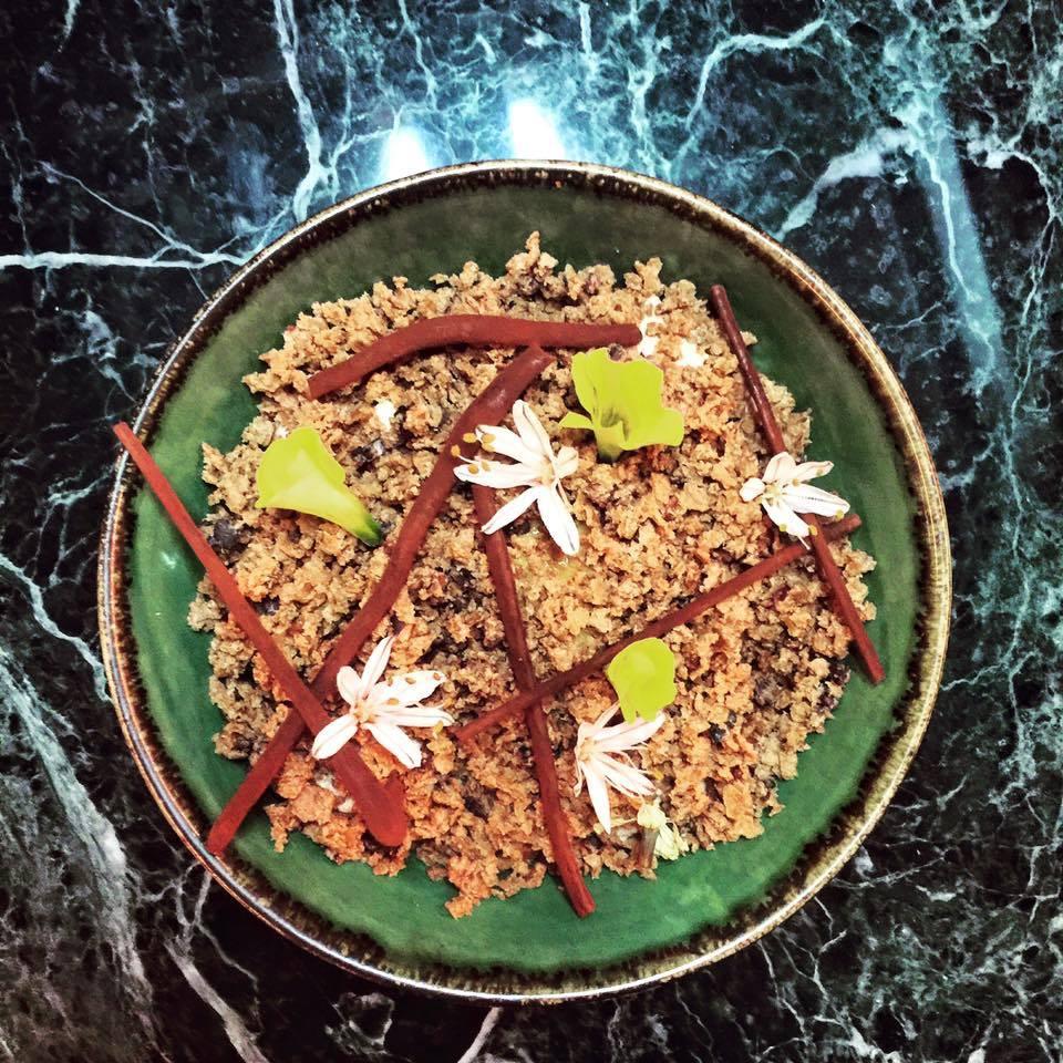 """Tropical Forest είναι ένα ξεχωριστό τροπικό δάσος, που """"ανθίζει"""" μέσα στο πιάτο. Σοκολάτα γάλακτος, μάνγκο και φρούτα του πάθους """"κρύβονται"""" ανάμεσα στα ευωδιαστά λουλούδια για να γλυκάνουν τους ουρανίσκους..."""