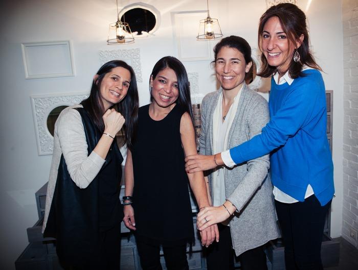 """Το Δ.Σ. του Μη Κερδοσκοπικού Σωματείου «Δεσμός» με τη σχεδιάστρια του """"Bond of Love"""" bracelet. Από αριστερά: Μαρίνα Σωτηρίου, Αννίτα Σίμα, Αλέξια Κατσαούνη, Λάρα Σταφυλοπάτη"""