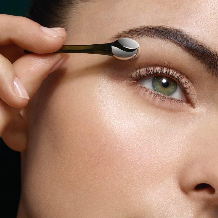 Βήμα 1 Χρησιμοποιείστε την στρογγυλή πλευρά της σπάτουλας σε καθαρό δέρμα για να αυξήσετε την μικροκυκλοφορία, να δροσίσετε και να καταπραΰνετε την περιοχή των ματιών.