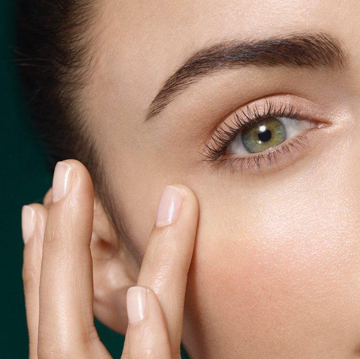 Βήμα 2 Εφαρμόστε μια σταγόνα στα δάχτυλα σας και πιέστε απαλά την περιοχή των ματιών.