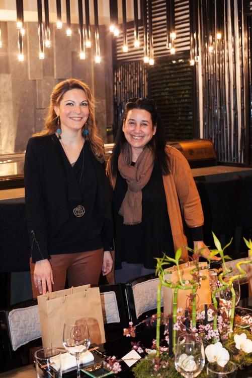 Η Μάρθα Φραγκούλη με την Αντουανέτα Κουτσουράδη που επιμελήθηκε τις υπέροχες συνθέσεις λουλουδιών του event