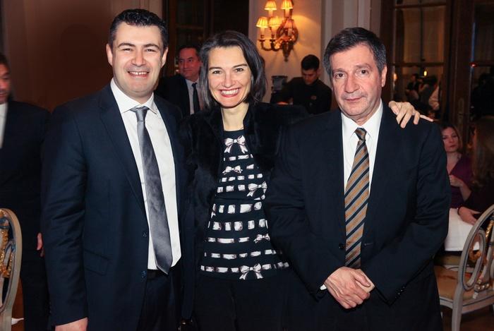 Ο Δημήτρης Ηλιόπουλος (εκδότης του περιοδικού Αθηνόραμα) με τον Γιώργο Καμίνη (Δήμαρχος Αθηναίων) και τη σύζυγό του Ντία Αναγνώστου