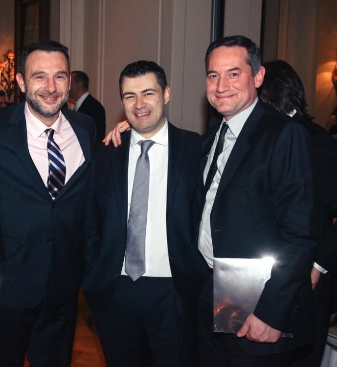 Ο Δημήτρης Ηλιόπουλος (εκδότης του περιοδικού Αθηνόραμα) ανάμεσα στον Κωνσταντίνο Καμάρα (πρόεδρος ΙΑΒ Εurope) και τον Δημήτρη Μάρη (πρόεδρος της 24media).