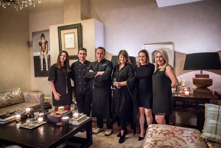 Η Μάρσια Χατζηγεωργίου, Communications & Online Estée Lauder, η Κατερίνα Γκαμηλιαρη Δυεθύντρια Estée Lauder Balkans και η Έλλη Πετροπούλου Δυεθύντρια Εκπαίδευσης Estée Lauder και εγώ, πλαισιώνουμε τον απόλυτο σταρ της βραδιάς, τον chef Jean-Louis Capsalas.
