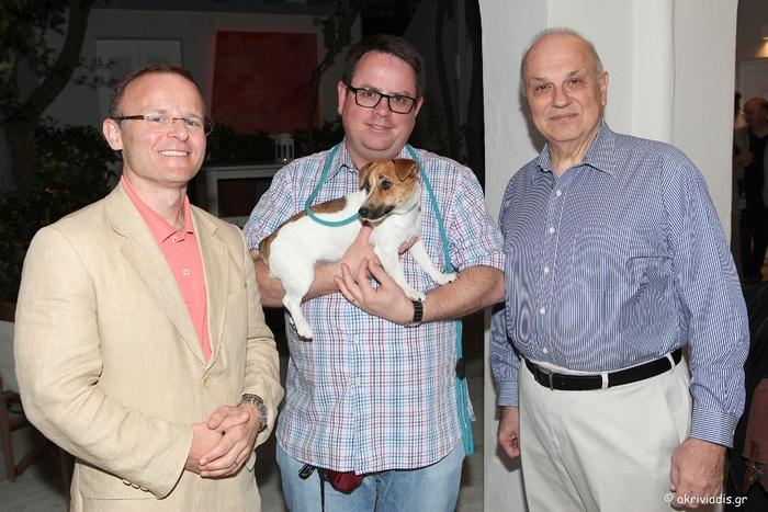 Ο Πρέσβης της Βρετανίας στην Ελλάδα, John Kittmer με τον David Bates και τον President του Κολλεγίου Αθηνών, καθηγητή Σπύρο Πολλάλη.