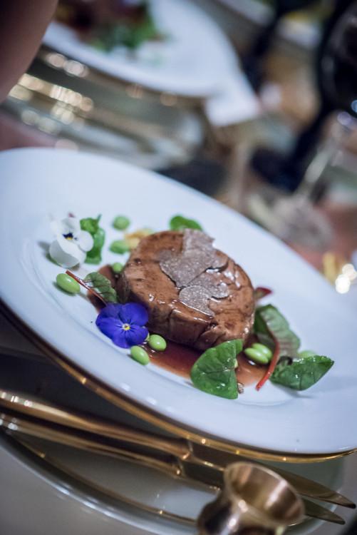Φιλέτο μοσχάρι σχάρας σε γαλέτα πολέντας με λαχανικά, ζωμό μαυροδάφνης με τρούφα & μπουκέτο σαλάτας με παντζάρι...