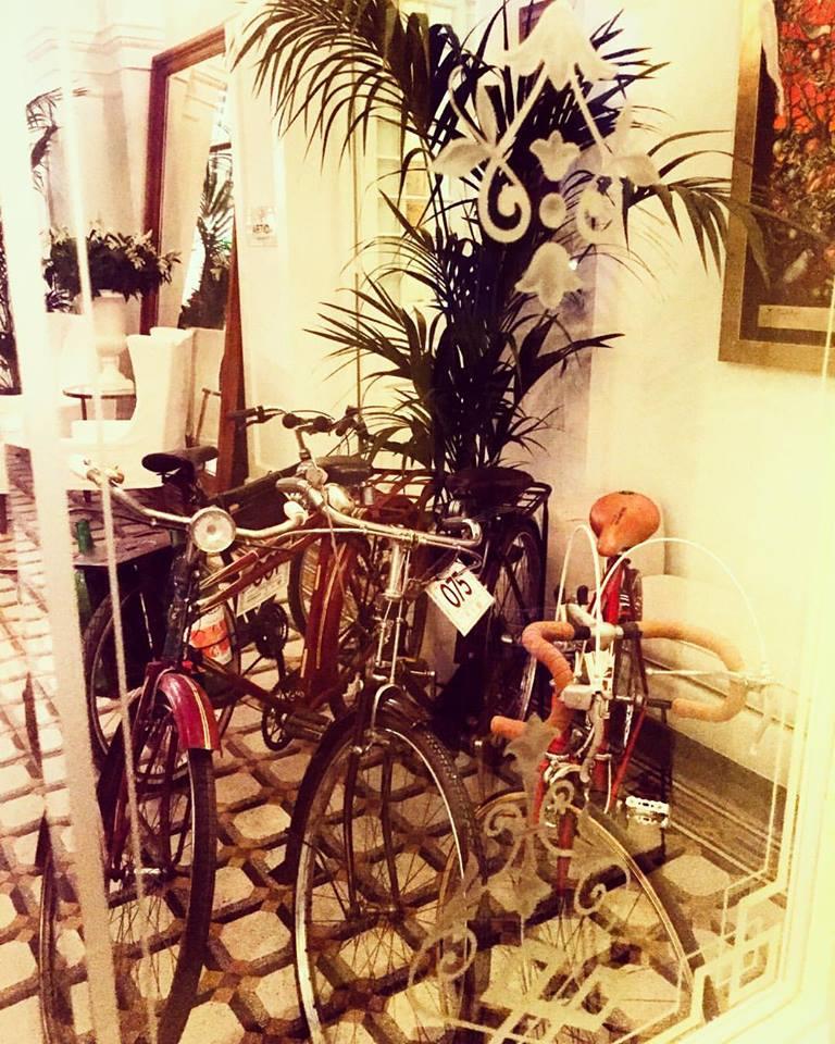 Μπαίνω στα κομψά σαλόνια, τα οποία φιλοξενούν τα ποδήλατα αντίκες του Tweed Run...