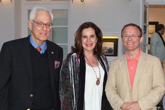 Ο φωτογράφος Robert ΜcCabe με την διευθύντρια της γκαλερί Citronne και ιστορικό τέχνης, Τατιάνα Σπινάρη – Πολλάλη και τον Πρέσβη της Βρετανίας στην Ελλάδα, John Kittmer