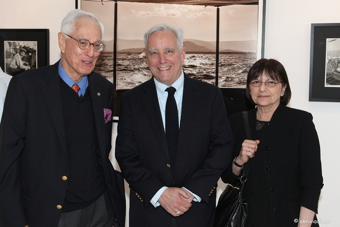 Ο φωτογράφος Robert ΜcCabe με τον Πρέσβη των ΗΠΑ στην Ελλάδα David D. Pearce και την σύζυγό του Leyla Pearce