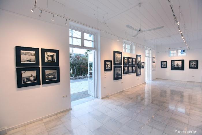 Εσωτερική άποψη της γκαλερί Citronne με τις φωτογραφίες του Robert McCabe