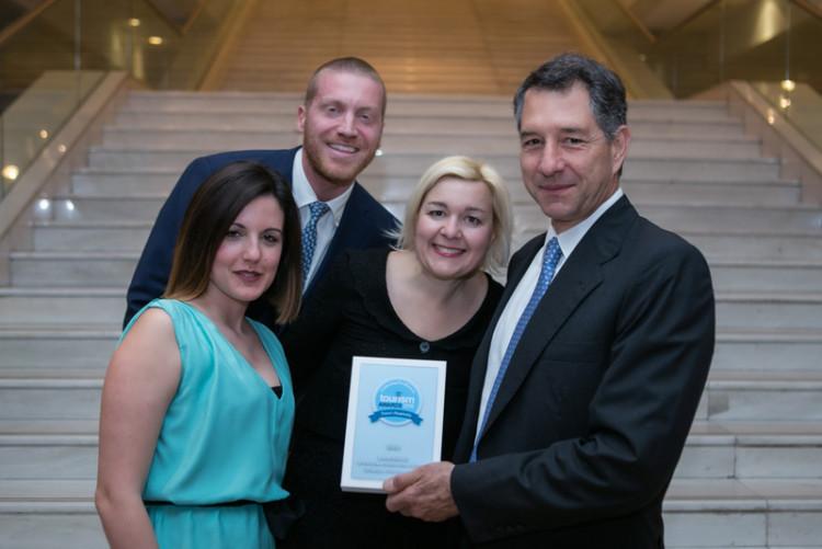 Ιωάννα Κοζαδίνου, Θοδωρής Φίλιππας, Μαρίνα Κουταρέλλη, Αλέξανδρος Αραπάκης, μέλος ΔΣ Ναυτικού Ομίλου Ελλάδος με το ασημένιο βραβείο για το Spetses Classic Yacht Regatta